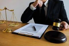 有惊堂木的法官在桌上 律师、法院法官、法庭和ju 库存照片