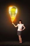 有想法电灯泡的女实业家 图库摄影
