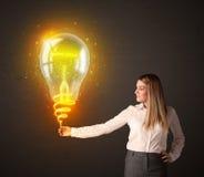 有想法电灯泡的女实业家 库存照片