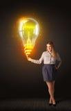 有想法电灯泡的女实业家 免版税库存照片