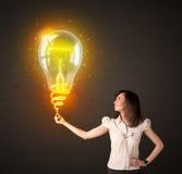 有想法电灯泡的女实业家 免版税图库摄影