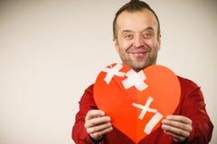 有愈合的心脏的微笑的人 免版税库存图片