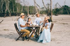 有愉快的亚洲的家庭室外幸福野餐的好的片刻 免版税库存图片
