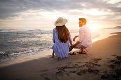 有愉快的夫妇乐趣和爱在海滩 库存图片