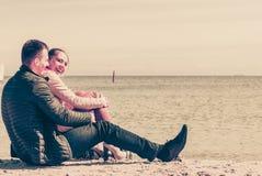 有愉快的夫妇在海滩的日期 免版税库存图片