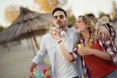 有愉快的夫妇微笑和乐趣时间 免版税库存照片