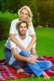 有愉快的夫妇野餐室外在一个夏日 免版税库存图片