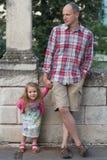 有愉快的女儿单独地全长街道画象的爸爸 免版税库存照片