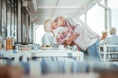 有愉快的女性与她的丈夫的日期 图库摄影