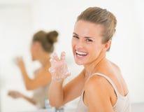有愉快的妇女乐趣时间,当洗手时 免版税库存照片