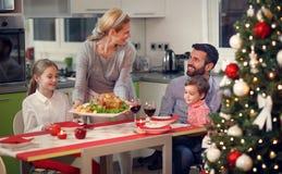 有愉快的家庭圣诞晚餐 免版税库存照片