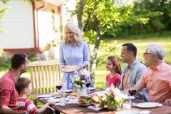 有愉快的家庭晚餐或夏天游园会 免版税库存图片