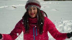 有愉快的少妇乐趣投掷的雪 她笑 女孩在自然的冬天森林里走在 影视素材
