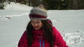 有愉快的少妇乐趣投掷的雪 她笑 女孩在自然的冬天森林里走在 股票录像
