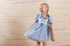 有愉快的微笑的美丽的嬉戏的小女孩 免版税库存图片
