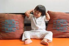 有愉快的微笑的美丽的相当小女孩 免版税图库摄影