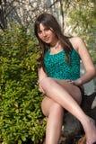 有愉快的微笑的表情的少妇 放松在她的庭院里的她 免版税库存图片