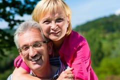 有愉快的成熟或资深的夫妇步行 免版税库存图片