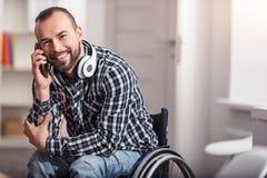 有愉快的有残障的人一次宜人的交谈 免版税库存照片