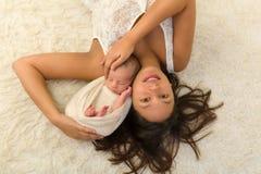 有愉快的母亲的新出生的婴孩 免版税库存照片