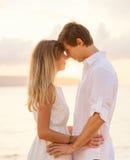 有愉快的浪漫的夫妇爱恋的片刻感人的前额 免版税库存图片