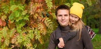 有愉快的爸爸的逗人喜爱的小女孩享受秋天 库存图片