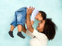 有愉快的婴孩的非洲母亲 免版税库存图片