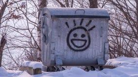 有愉快的emoji的老金属容器对此 库存图片