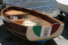 有意大利旗子的渔船和菲诺港签字 免版税库存照片