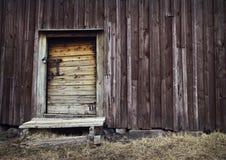 有意想不到的土气和老门的老水管 美好的老房子和盘区细节 免版税库存照片