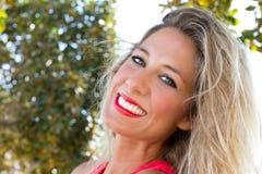 有意想不到的微笑的妇女 免版税库存照片