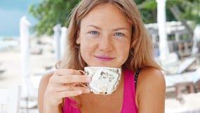 有意想不到的蓝眼睛的美丽的少妇 股票视频