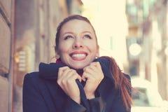 有感到完善的白色的微笑的美丽的妇女愉快和温暖在一晴朗的秋天天 库存图片
