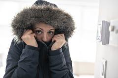 有感觉在议院里面的温暖的衣物的妇女寒冷 图库摄影
