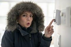 有感觉在议院里面的温暖的衣物的妇女寒冷 免版税图库摄影