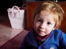 有感兴趣的神色的逗人喜爱的小孩 库存照片
