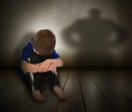 有愤怒影子的哀伤的被虐待的男孩 免版税库存图片