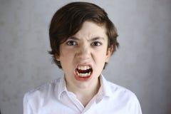 有愤怒表示的少年男孩 库存照片