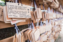 有愿望的木日本祷告片剂 免版税图库摄影
