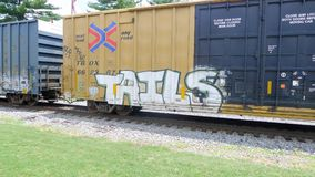 有慢慢地移动的街道画的火车 免版税库存图片