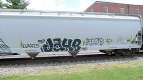 有慢慢地移动的街道画的火车 库存照片
