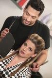 有懊恼客户的美发师 库存照片