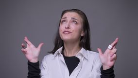 有成人可爱的白种人的女性特写镜头画象她的手指横渡了是急切和担心的祈祷与 股票录像