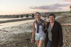 有成人女儿的母亲海上 免版税库存照片