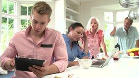 有成人孩子的家庭有论据在早餐 股票视频
