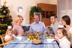 有成人庆祝xmas的孩子和孙的父母 免版税库存图片