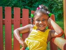 有成人微笑的小女孩 免版税库存照片