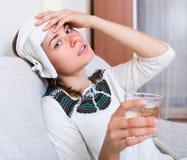 有成人的女孩重的偏头痛 库存照片