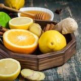 有成份的盘子做的促进健康维生素饮料的免疫在黑暗的背景 免版税图库摄影