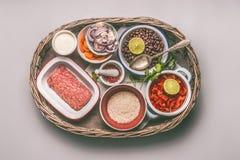 有成份的碗平衡的一顿平底锅膳食的用豆、肉末、米和菜 免版税库存照片